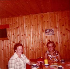 Tapiosaaren kesämökillä Annikki ja Martta